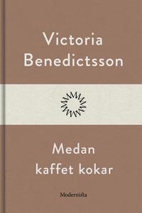 Medan kaffet kokar (e-bok) av Victoria Benedict