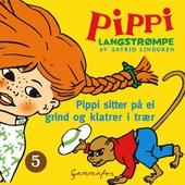 Pippi sitter på ei grind og klatrer i trær